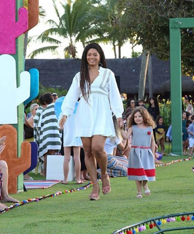 Juliana Alves desfila em evento de moda infantil (Foto: Reprodução/Instagram)