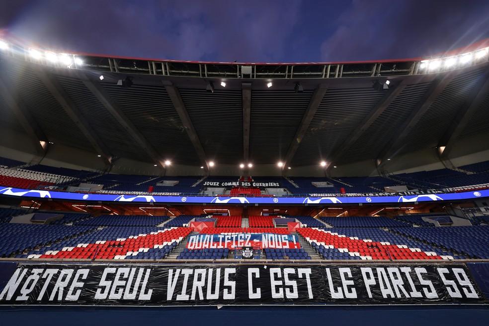 Faixa da torcida do PSG no Parc des Princes no jogo contra o Borussia Dortmund — Foto: Reuters