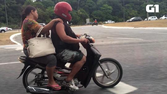 Moto com criança e mulher na garupa e sem capacetes é flagrada em João Pessoa; vídeo