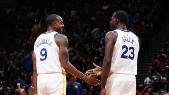Warriors jogam sem Durant, perdem Curry eliminado por faltas, mas vencem os Nets