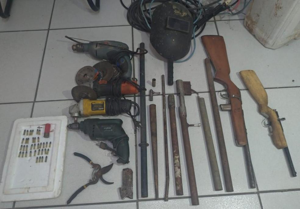 Armas e materiais foram apreendidas em 'oficina clandestina' na Zona Sul de Natal.  — Foto: Polícia Civil/Divulgação