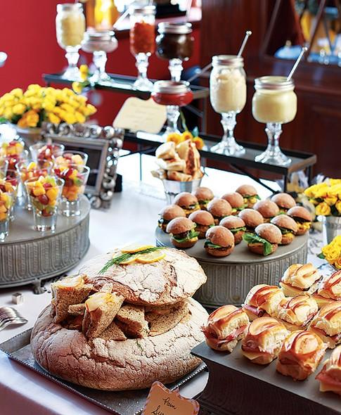 A mesa com delícias do Dedo de Moça Buffet & Bakery. A amiga e chef Daniela França Pinto, do restaurante Marcelino Pan & Vino, também colaborou com a comilança e preparou vários sanduíches