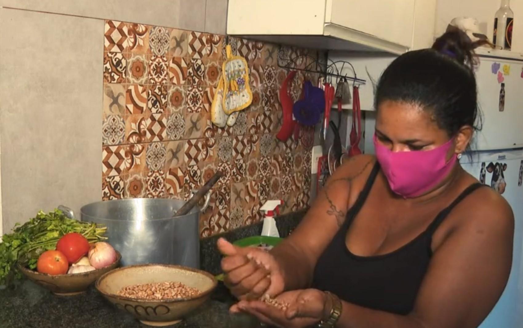 Mais afetadas pelo desemprego, baianas se reinventam e ajudam umas às outras a superar dificuldades econômicas
