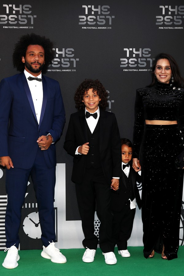 LONDON, ENGLAND - SEPTEMBER 24:  Marcelo of Real Madrid (L) and wife Clarisse Alves arrive on the Green Carpet with their children Enzo and Liam ahead of The Best FIFA Football Awards at Royal Festival Hall on September 24, 2018 in London, England.  (Phot (Foto: Getty Images)