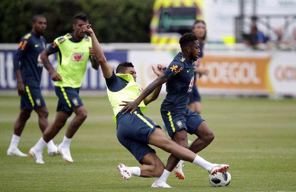 Entrada de Casemiro que tirou Fred do treino da seleção brasileira (Foto: Matt Dunham / AP )