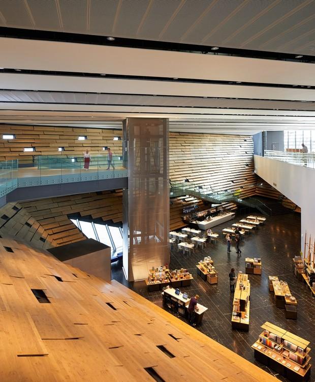 No interior, placas de madeira foram paredes íngremes (Foto: Hufton + Crow/ Reprodução)