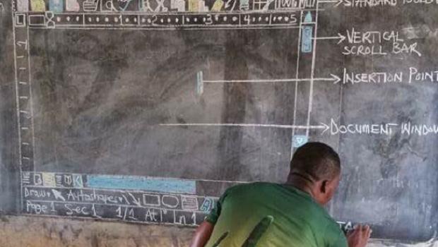 Richard Appiah Akoto desenha plataforma do Microsoft Word em lousa em Gana. Professor usa sua criatividade para fazer com que alunos sem acesso a computadores entendam sobre a plataforma (Foto: Reprodução/Facebook)