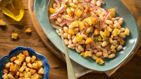Receita prática de salada de feijão-branco com croutons da Rita Lobo