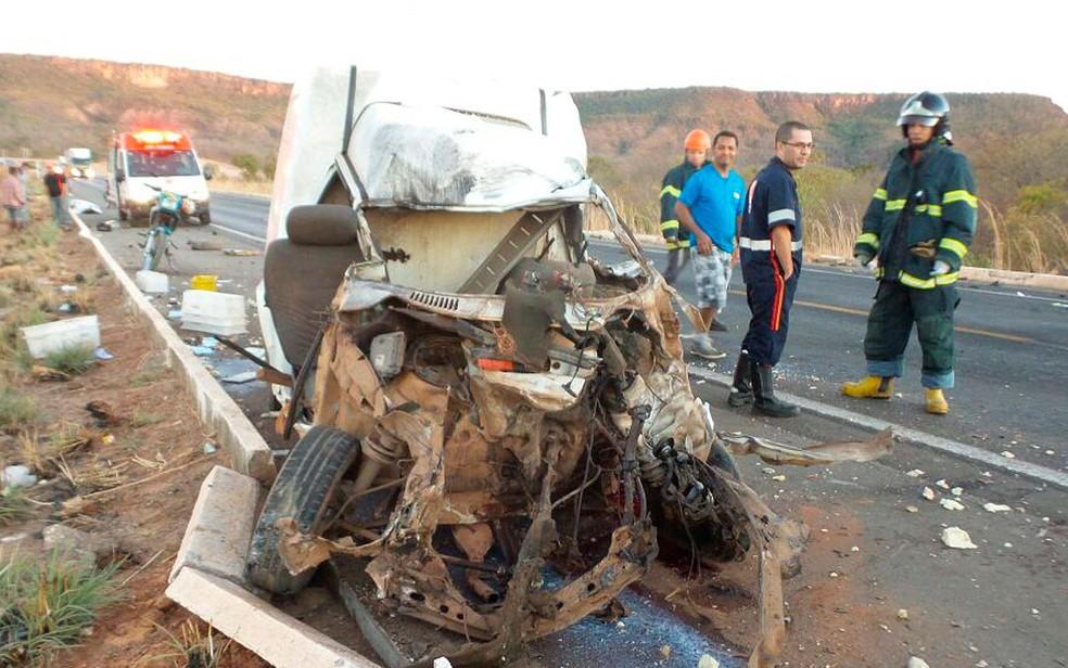 Carro envolvido em acidente no oeste da Bahia ficou destruído e motorista morreu (Foto: Ivonildo Paiva/ Blog do Braga)