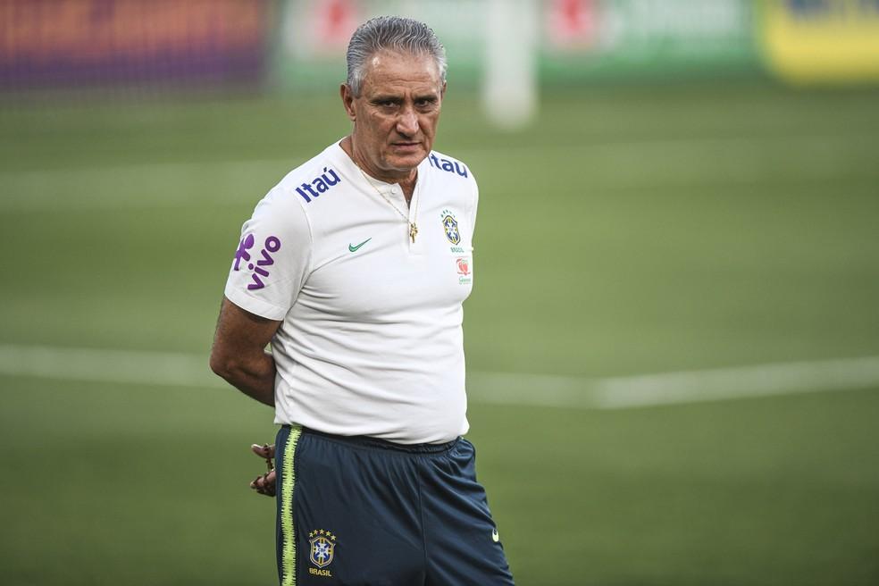 Técnico Tite no treino da seleção brasileira em Abu Dhabi — Foto: Pedro Martins / MowaPress