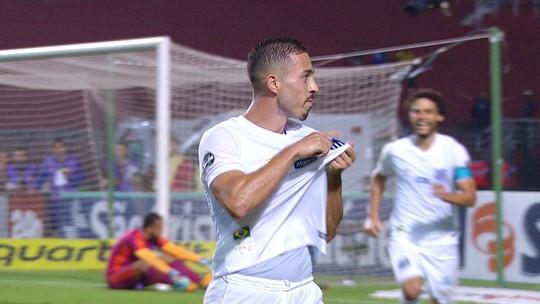 Jean Mota bate falta direta, engana o goleiro e amplia para o Santos