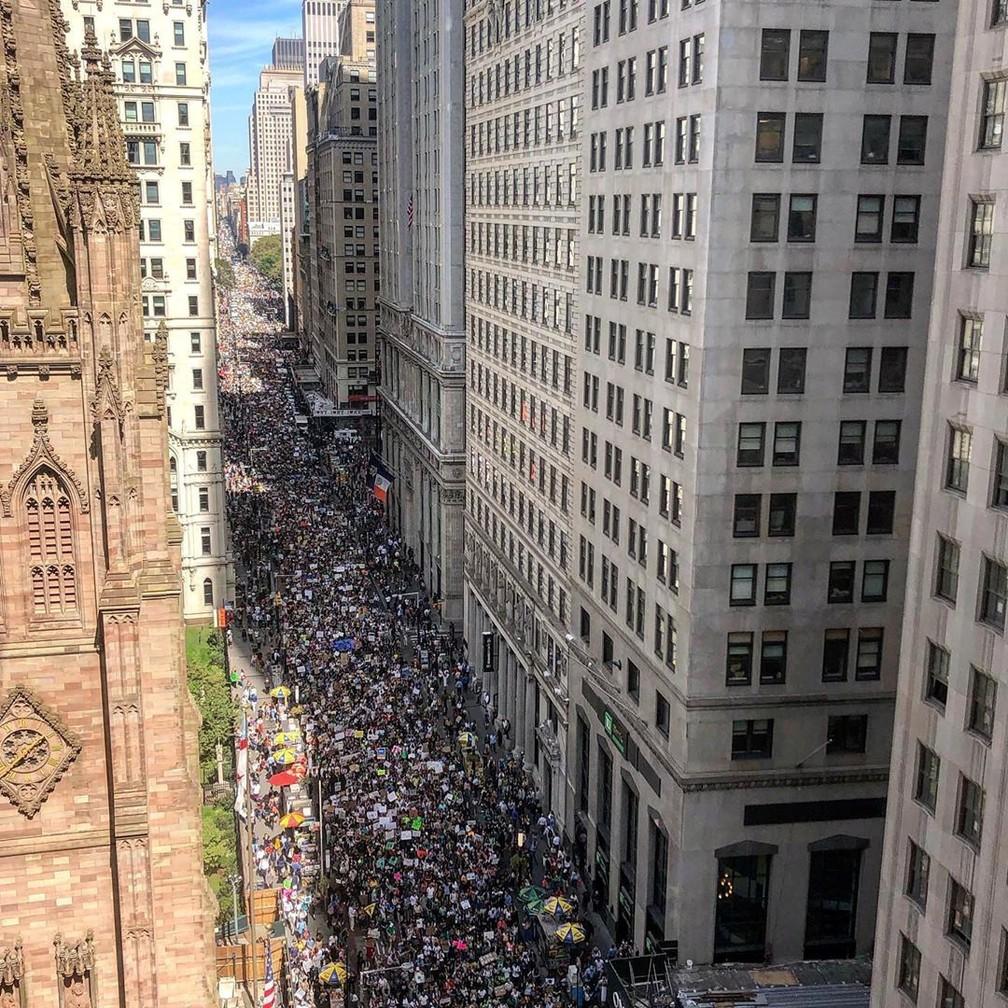 Milhares de pessoas marcham em Nova York, Estados Unidos, em greve global pelo clima nesta sexta (20). — Foto: @SHINEYVEGNYC via REUTERS