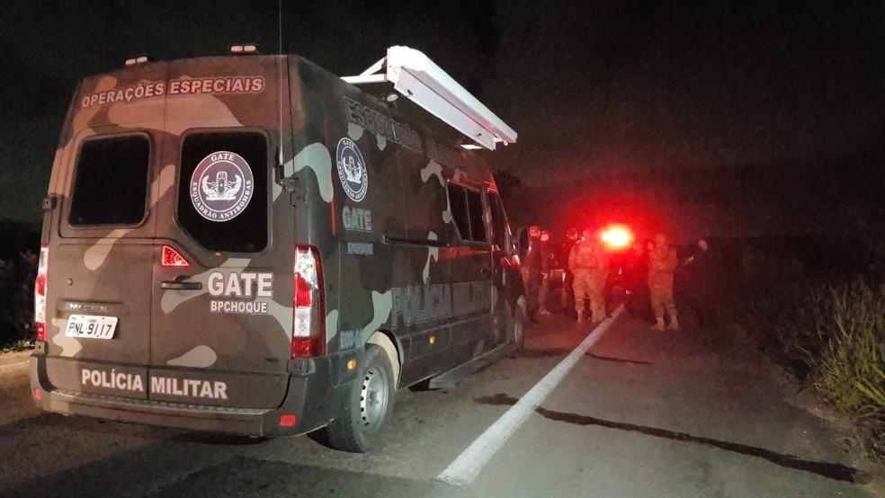Equipes da Polícia Militar e do esquadrão antibombas estiveram no local após o ataque — Foto: Rafaela Duarte/Sistema Verdes Mares