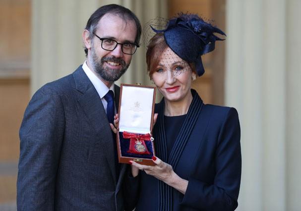 J.K Rowling exibe sua medalha ao lado do marido, Neil Murray (Foto: Getty Images)