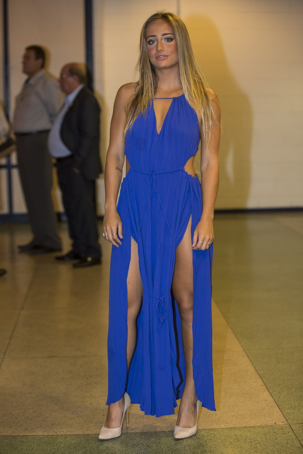 Bruna Griphao usa vestido azul caneta no Especial Roberto Carlos  Foto Artur MenineaGshow