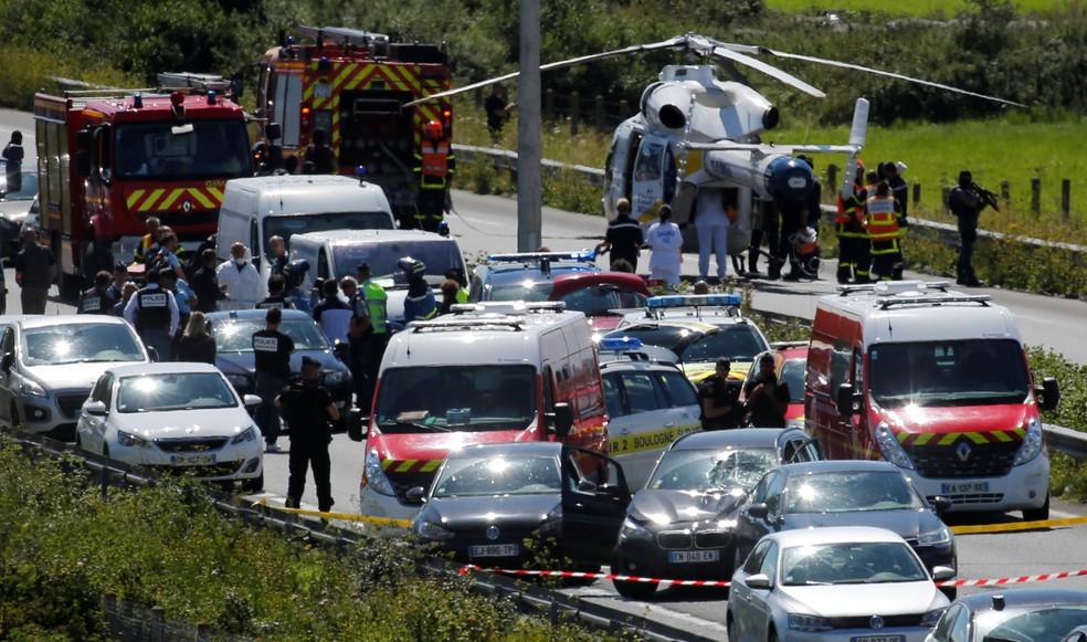 Polícia e forças de resgate fazem operação da captura de suspeito de atropelar policiais (Foto: Reuters/Pascal Rossignol)