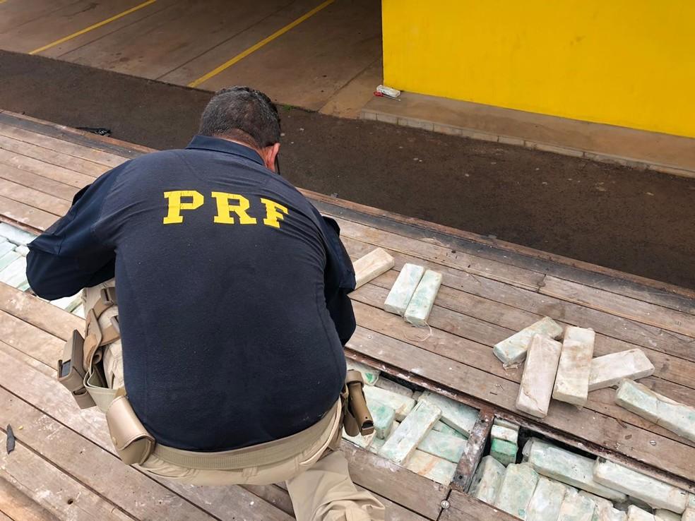 Droga estava escondida em fundo falso de caminhão e tinha cheiro de sabonete para despistar a polícia — Foto: Polícia Rodoviária Federal/Divulgação