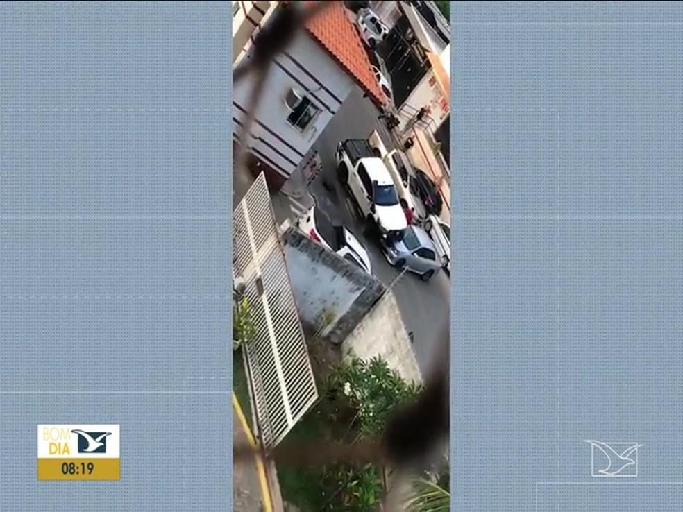 Caminhonete passa por cima de veículo em São Luís — Foto: Reprodução/TV Mirante