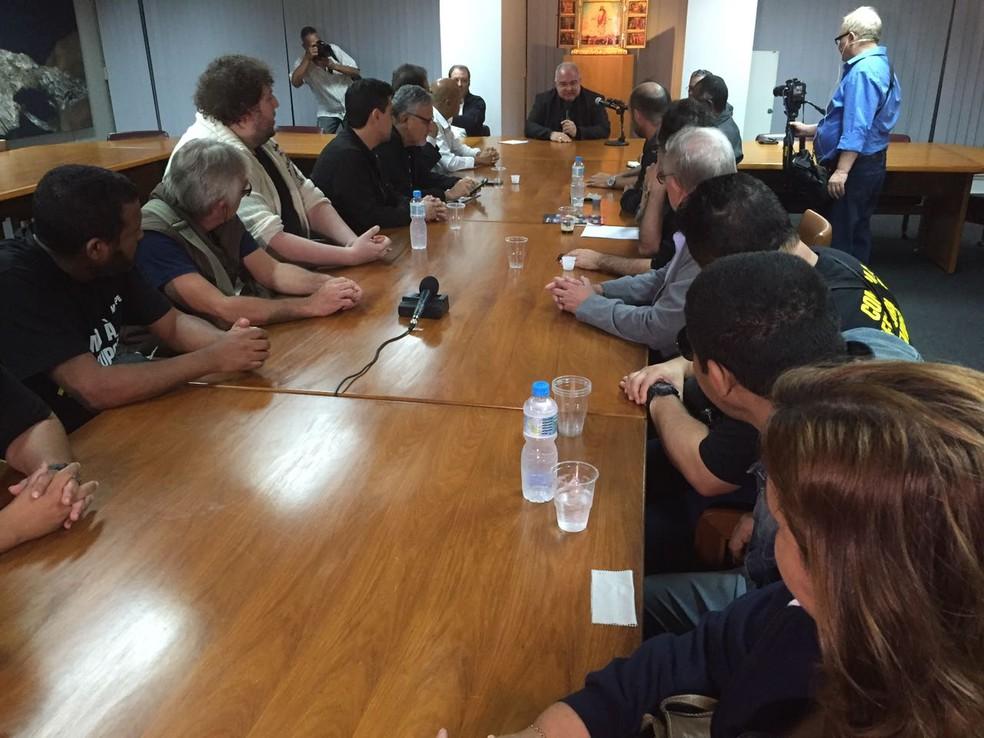 O arcebispo dom Orani Tempesta explica a sindicalistas que abrirá paróquias para receber doações para  servidores do RJ (Foto: Alessandro Ferreira)