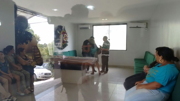 Familiares e amigos no velório de Raquel Santos (Foto: EGO)