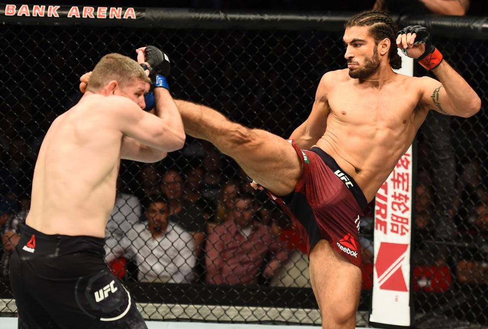 Elias Theodorou aplica um chute alto na vitória sobre o australiano Daniel Kelly no UFC Sydney (Foto: Getty Images)