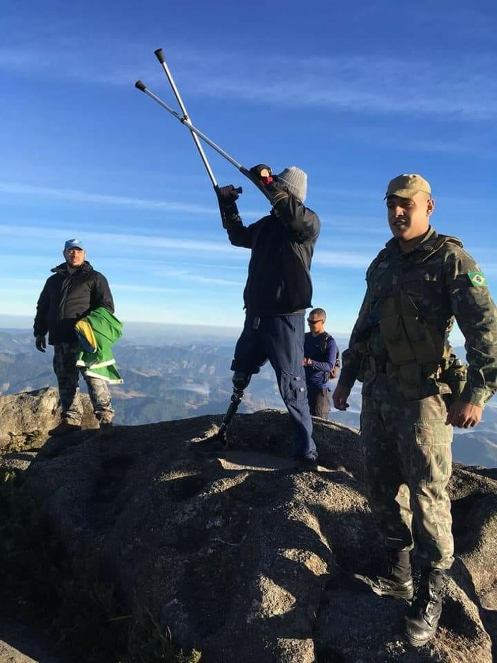 Denilson comemorou ao vencer os desafios e chegar ao topo do Pico dos Marins (Foto: Arquivo Pessoal)