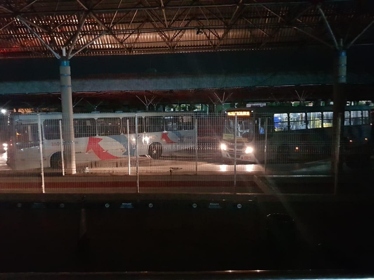 Falta de luz deixa passageiros do terminal do Antônio Bezerra às escuras, em Fortaleza