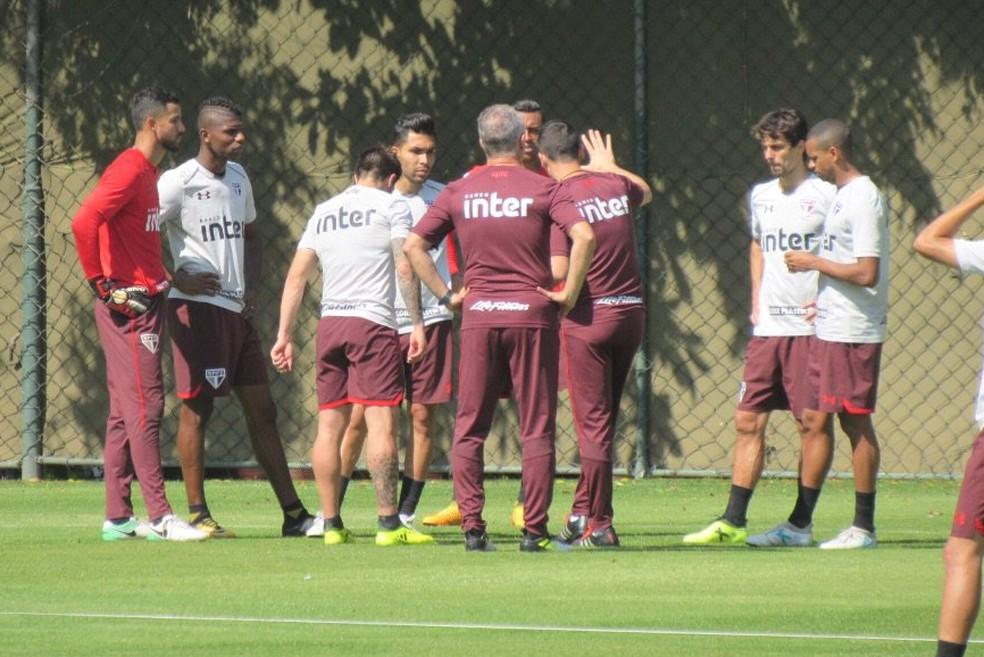 Dorival Júnior fala com os jogadores no treino tricolor (Foto: Marcelo Prado)