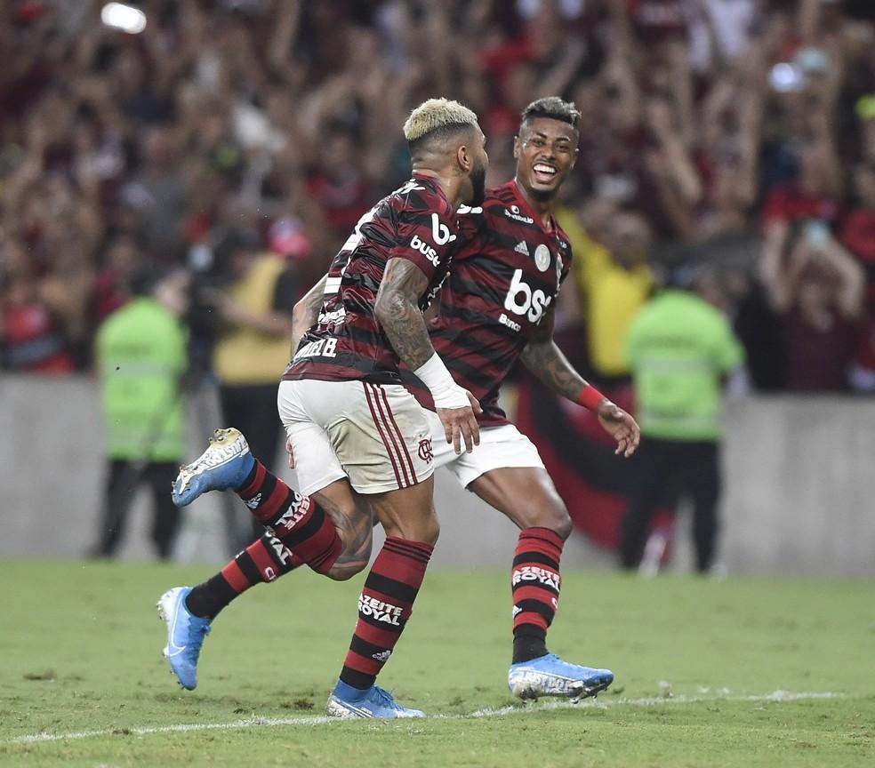 Gabigol e Bruno Henrique comemoral gol juntos — Foto: André Durão/GloboEsporte.com