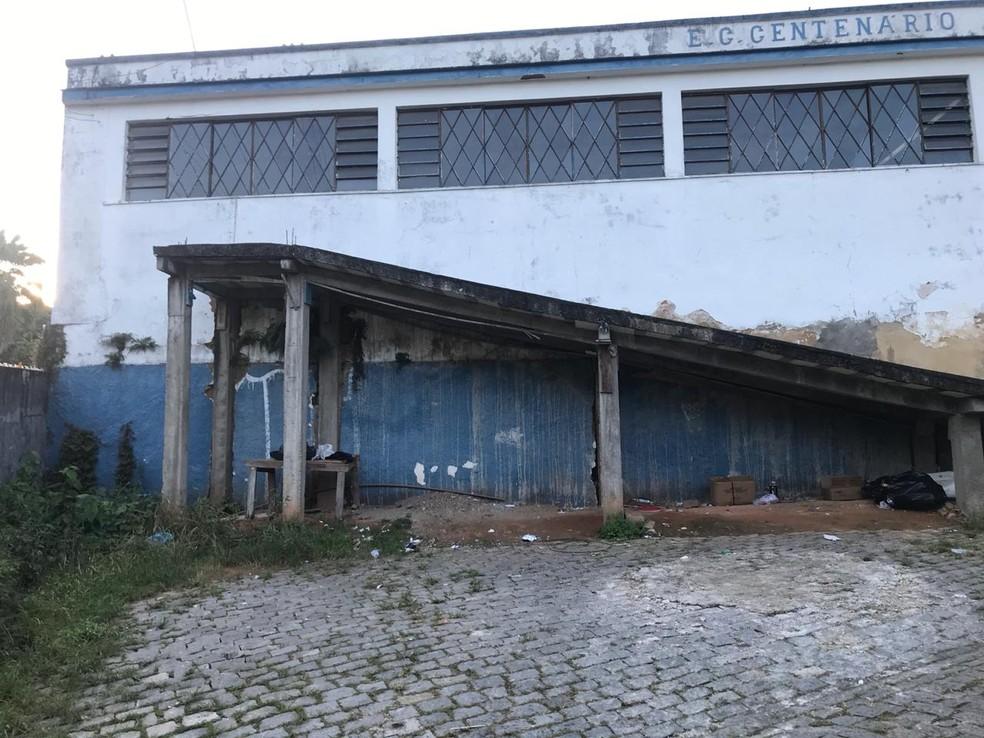 Carro da vítima foi encontrado nesse clube abandonado, no bairro Bingen, em Petrópolis, RJ — Foto: Divulgação/Polícia Civil
