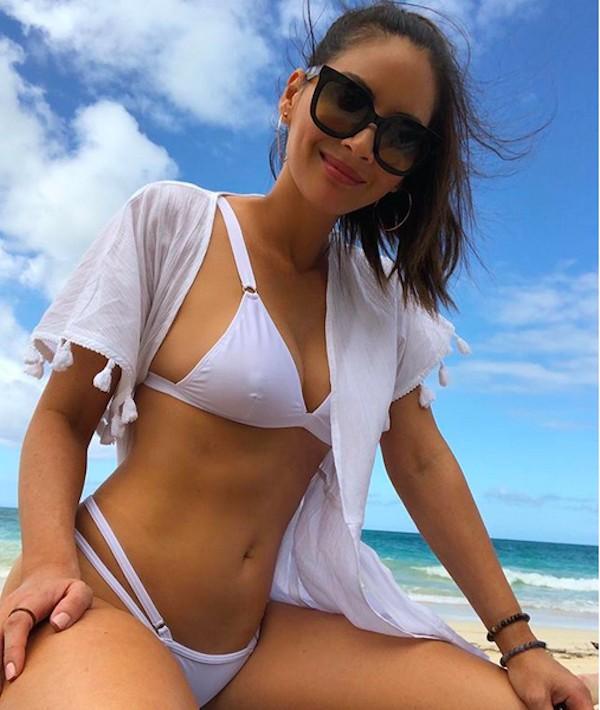 A atriz Olivia Munn curtindo sua férias em uma praia no Havaí (Foto: Instagram)