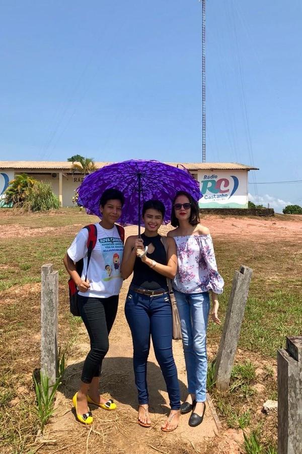 Elizane Cavalcante e as amigas à caminho da rádio de Careiro Castanho, no Amazonas (Foto: Divulgação/Mariana Sodré)