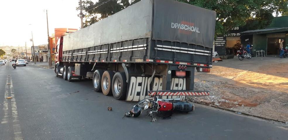 Moto bateu em traseira de caminhão em Tupã — Foto: Divulga Tupã/Divulgação
