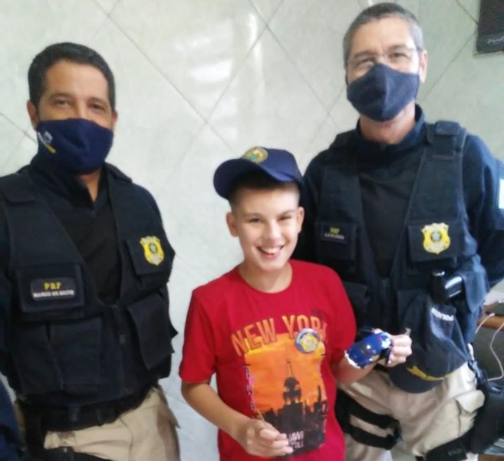 Menino com autismo recebe visita e presentes de aniversário da PRF em São Leopoldo