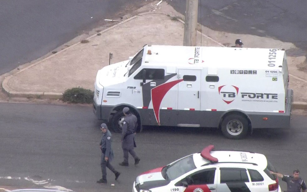 Carro da empresa de valores foi atingido por disparos (Foto: Reprodução/TV Globo)
