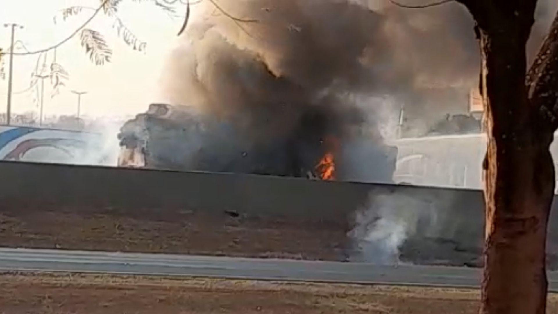Motorista sai ileso após caminhão carregado de algodão pegar fogo em Guará, SP; VÍDEO