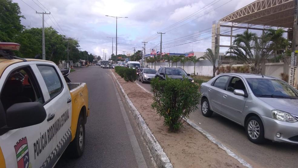 Viatura da CPRE foi ao local para controlar o trânsito que ficou lento no local — Foto: Geraldo Jerônimo/Inter TV Cabugi