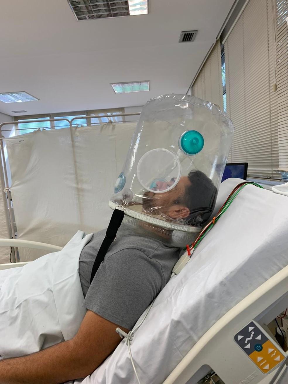 'Capacete' respiratório fabricado pela LifeTech — Foto: Divulgação/LifeTech