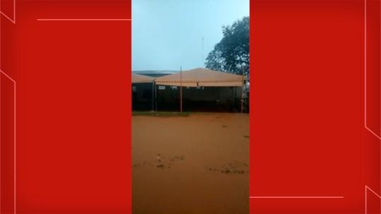 VÍDEO: Crianças ficam ilhadas em sede de projeto social após temporal em Campo Grande
