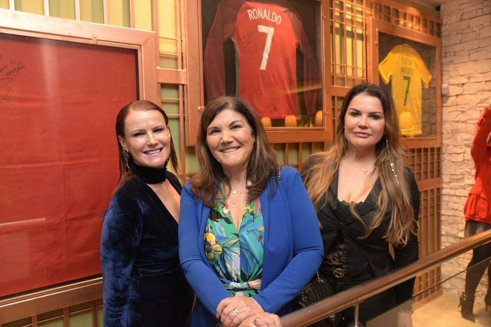 Dolores (centro) e Kátia Aveiro (à direita), mãe e irmã de Cristiano Ronaldo, inauguram restaurante em Gramado — Foto: Rafael Cavalli/divulgação