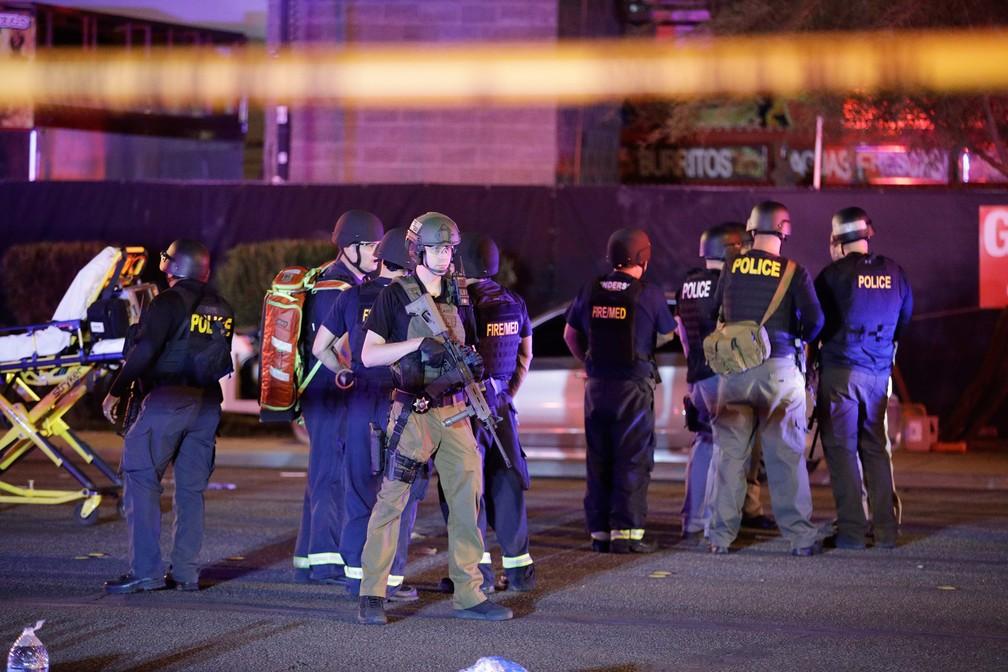 Policiais e integrantes de equipes de resgate trabalham no local do tiroteio em um festival de música country em Las Vegas, nos EUA (Foto: John Locher/AP)