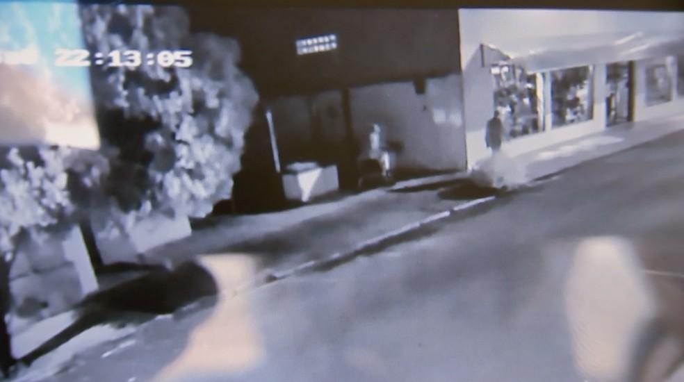 Câmera registra dupla entrando e saindo da casa de idoso encontrado morto e amarrado após assalto em Bariri — Foto: TV TEM/Reprodução