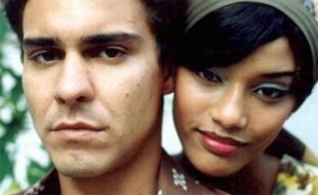 André Gonçalves e Tais Araújo como Garrincha e Elza Soares em Garrincha: Estrela Solitária (2003) (Foto: Divulgação)