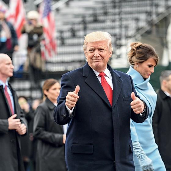 Trump e Melania no dia da posse: ele mentiu e triplicou o número de pessoas presentes no evento (Foto: Katherine Frey /Getty Images)