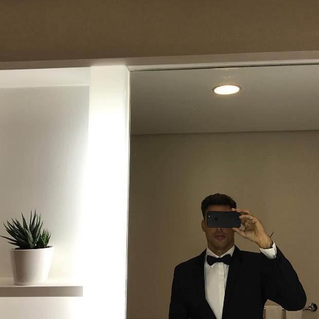 Cauã Reymond, mestre de cerimônia, se prepara para o BrazilFoundation (Foto: Reprodução/Instagram)