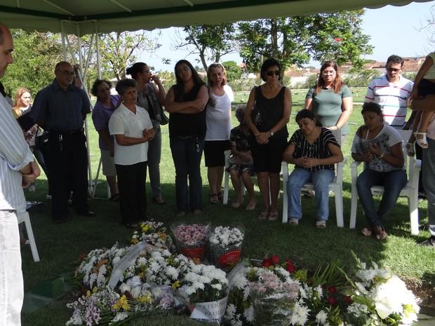 Familiares se despendem da menina em enterro do corpo (Foto: Carolina Sanches/ G1)