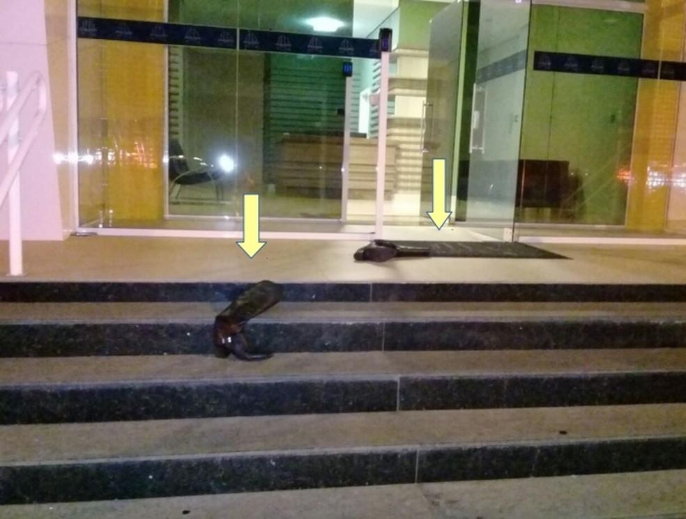 Policiais encontraram um par de botas na escadaria do prédio  (Foto: Divulgação/Polícia Civil )