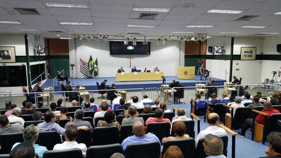 Câmara de Paulínia (SP) aprovou em sessão extraordinária a denúncia contra o prefeito e 13 vereadores (Foto: Paulo Augusto/EPTV)