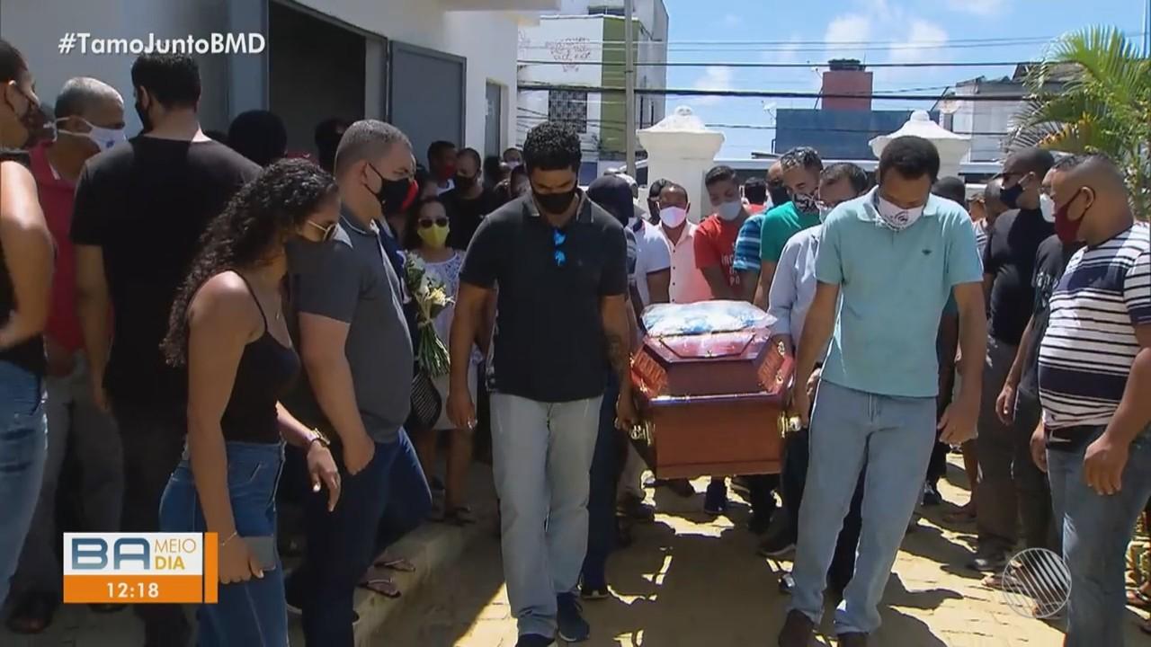 Taxista que morreu durante assalto é enterrado sob comoção; colegas fazem protesto