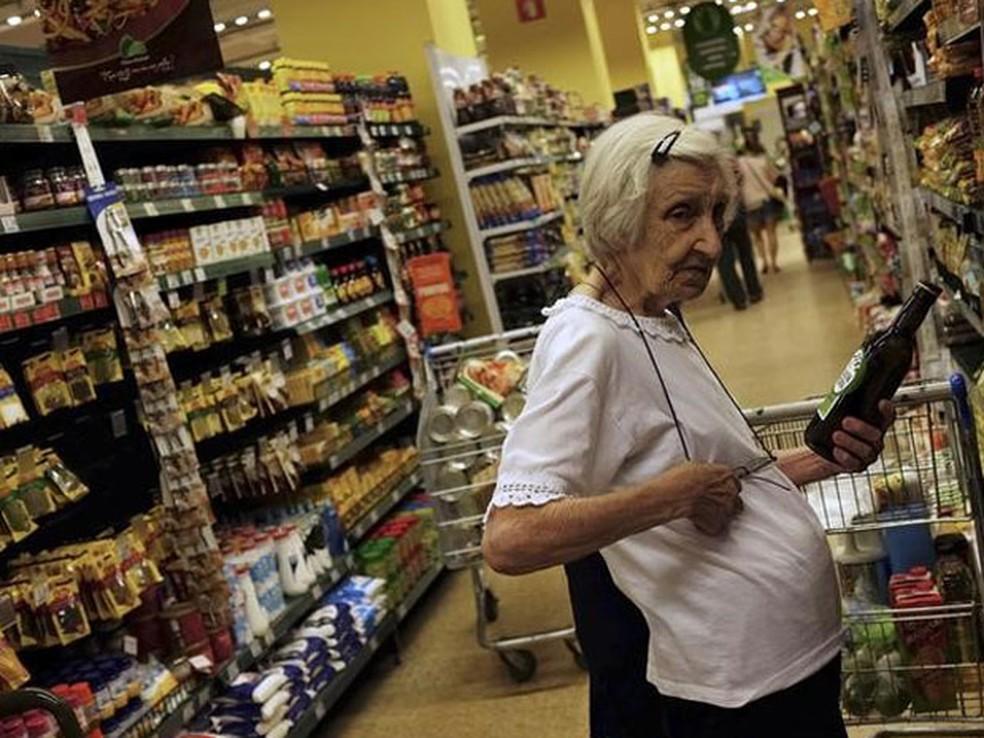 Inflação dos idosos caiu de um trimestre para o outro, mas no acumulado de 12 meses é maior que a do restante da população (Foto: REUTERS/Nacho Doce)
